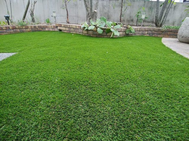 芝生を人工芝に